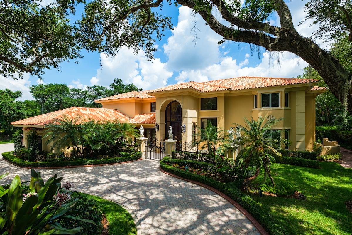 Florida home with Live Oak Tree - Majestic Florida Oak Tree Care